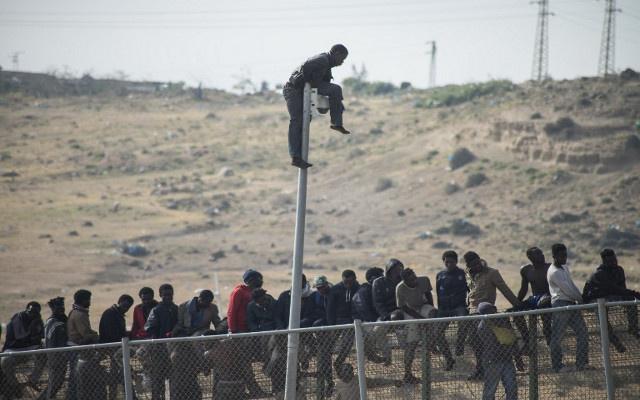 مئات المهاجرين غير الشرعيين يقتحمون الحدود المغربية-الإسبانية