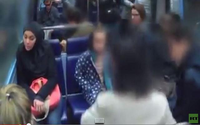 بالفيديو...سيدة فرنسية تتهجم على فتاة محجبة في الميترو