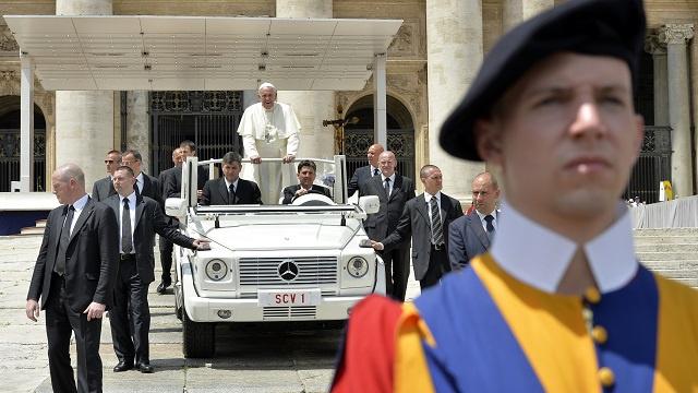 الفاتيكان: عباس وبيريز يزوران الكرسي الرسولي ليصليا معا من أجل السلام