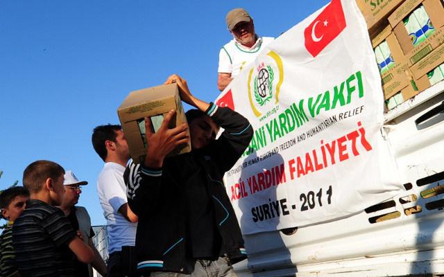 الهلال الأحمر التركي يعتمد بطاقات إغاثية إلكترونية للاجئين السوريين