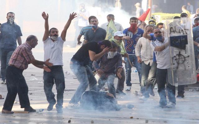 قوات الأمن التركية تستعمل الغاز المسيل للدموع لإزالة حواجز وضعها محتجون أكراد
