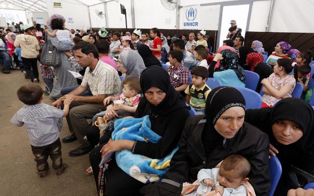 لبنان يحذر اللاجئين السوريين من نزع صفة النازحين عنهم في حال دخولهم لسورية