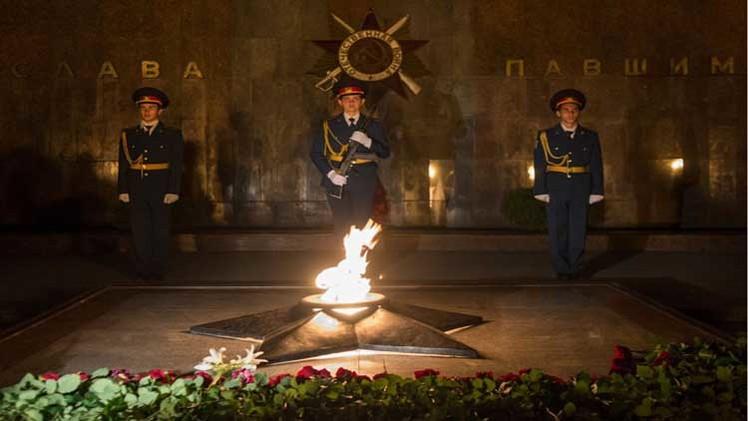 موسكو تحيي يوم الحزن والذكرى وبوتين يحمل الزهور للجندي المجهول