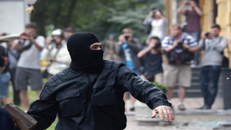 المتظاهرون يتفرقون من أمام القنصلية الروسية في كييف (فيديو)