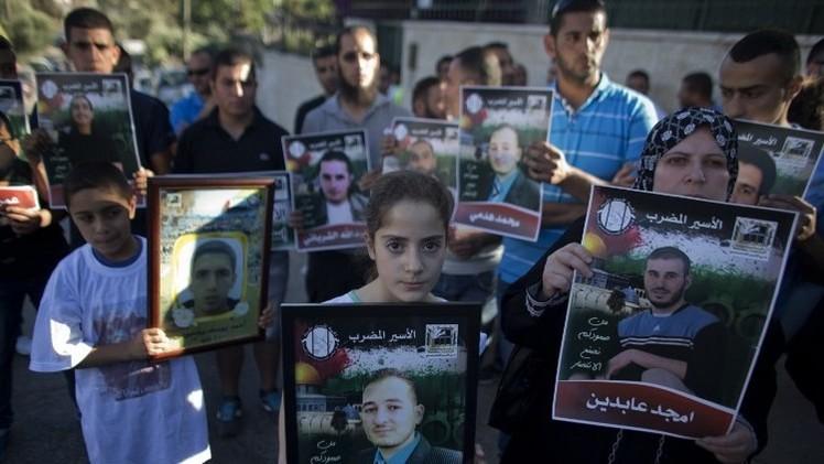 أسرى فلسطينيون يعلقون إضرابهم عن الطعام