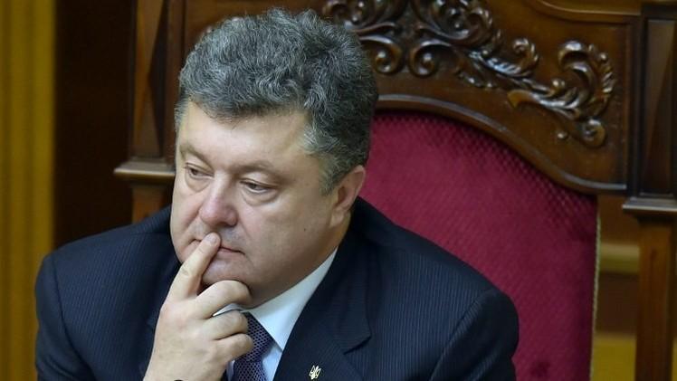 بوروشينكو وميركل يبحثان هاتفيا تنفيذ خطة السلام في أوكرانيا