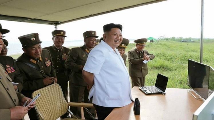 كوريا الشمالية تختبر صاروخا تكتيكيا موجها فائق الدقة بحضور زعيمها كيم جونغ- أون