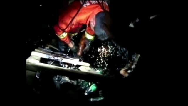 بالفيديو... فريق من مكافحي الحرائق في الصين ينقذ ولدين علقا في أسفلت