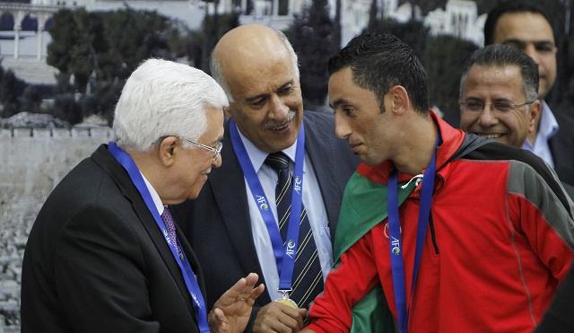عباس والفلسطينيون يستقبلون فريق الفدائيين بعد إنجازهم التاريخي بالفوز بكأس التحدي الآسيوي