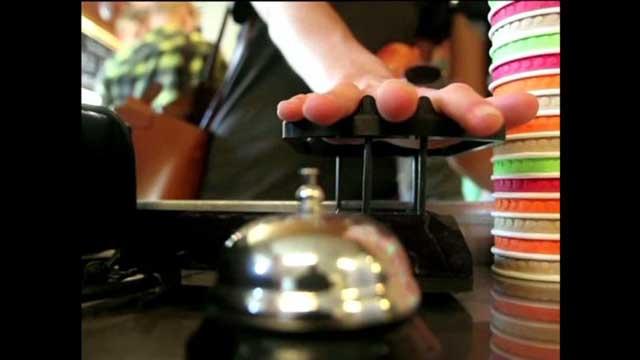 طلاب سويديون يخترعون نظام دفع براحة اليد (فيديو)