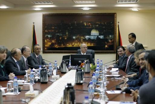 انعقاد أولى جلسات الحكومة الفلسطينية في رام الله واسرائيل تمنع وزراء غزة من الحضور