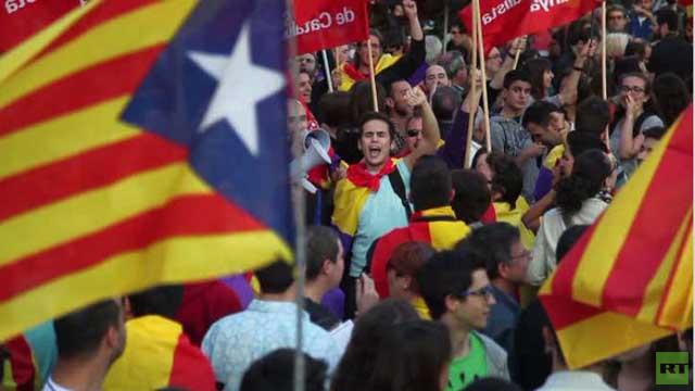 سكان برشلونة يحتفلون بتنازل ملك إسبانيا عن العرش (فيديو)