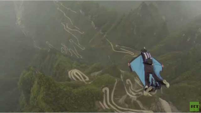 بالفيديو... مواطنان روسيان يقفزان من أحد الصخور الرأسية في الصين
