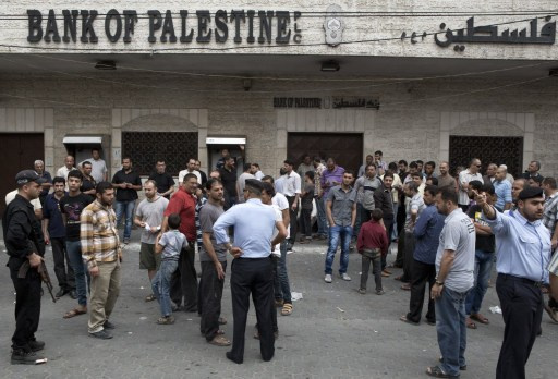 إغلاق بنوك غزة إثر احتجاجات موظفي الحكومة السابقة