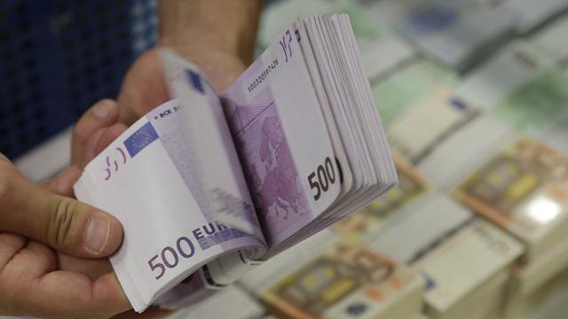 اليورو إلى ما دون 47 روبلا مدفوعا بقرارات المركزي الأوروبي