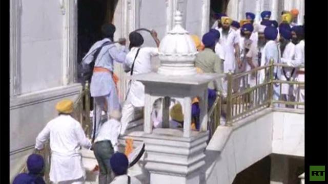 بالفيديو.. اشتباكات بالسيوف بين السيخ في المعبد الذهبي بالهند