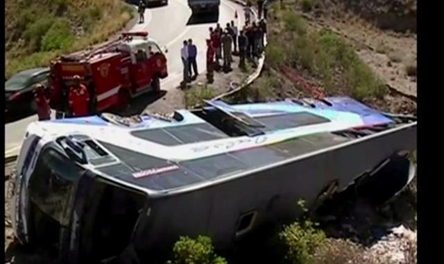 مقتل 9 أشخاص في انقلاب حافلة على طريق جبلية بالبيرو (فيديو)