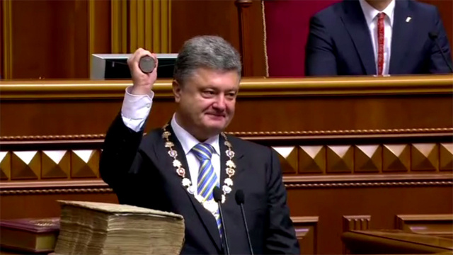 بوروشينكو بعد أدائه اليمين: لا سلام في أوكرانيا من دون تسوية مع روسيا