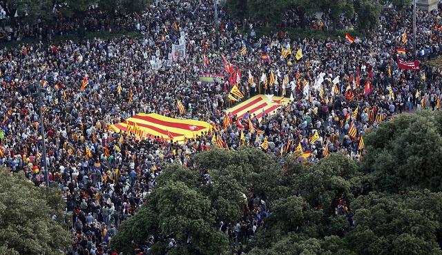 الآلاف من مؤيدي الجمهورية يتظاهرون ضد النظام الملكي في إسبانيا (فيديو)