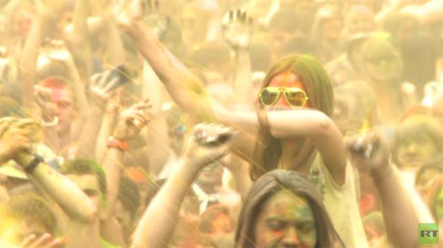 بالفيديو.. الآلاف من سكان موسكو يشاركون بفعاليات مهرجان الألوان الهندوسي