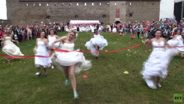 بالفيديو... وراء من تجري العرائس في إستونيا ؟