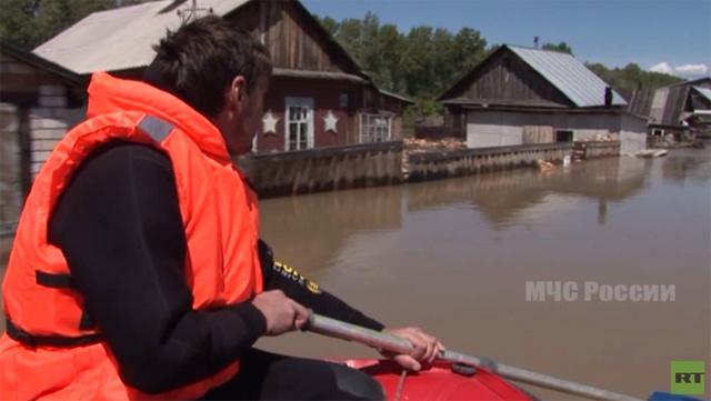 تواصل عمليات الإجلاء من المناطق المتضررة في الفيضانات بسيبيريا (فيديو)