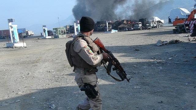 مقتل شرطي و3 مسلحين في هجوم شنته طالبان على قاعدة للناتو في أفغانستان