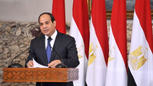 السيسي يعيد تكليف محلب بتشكيل حكومة جديدة في مصر