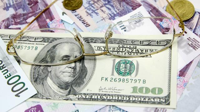 الروبل يعزز مواقفه أمام الدولار واليورو وسط تراجع المخاطر الجيوسياسية