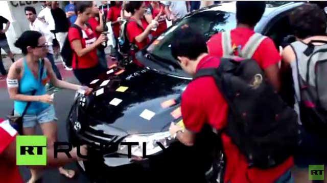معلّمون بالبرازيل يعتدون على السيارات في افتتاح المركز الإعلامي لكأس العالم (فيديو)