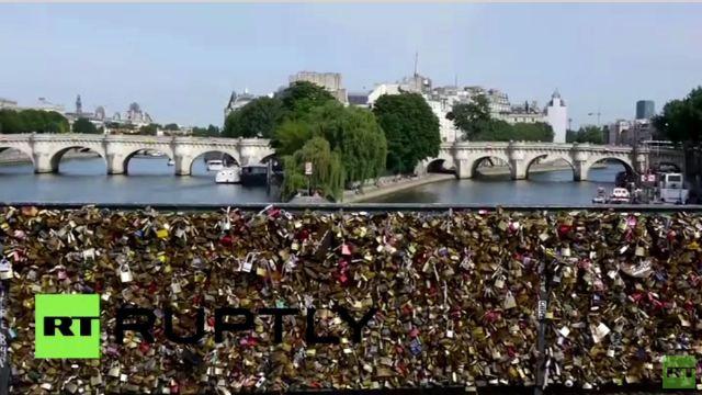 تحطُم جزء من جسر الفنون بباريس من جراء زيادة ثقل أقفال الحب (فيديو)