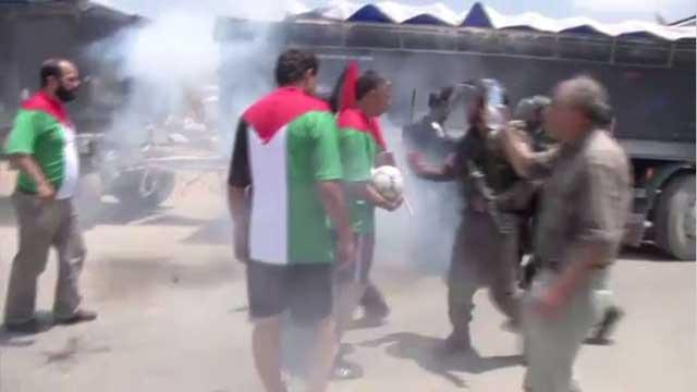 بالفيديو...محتجون فلسطينيون يستغلون كأس العالم للفت الاهتمام إلى قضية الأسرى