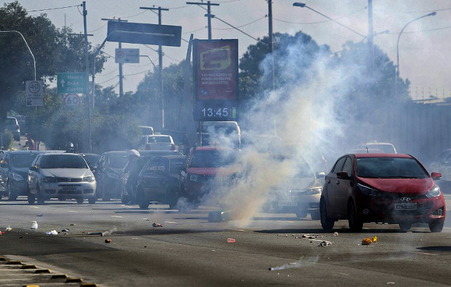 شرطة البرازيل تفرق محتجين على مونديالها قبل ساعات من انطلاقه (فيديو)