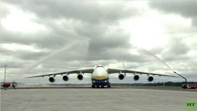 بالفيديو.. أكبر طائرة في العالم تهبط في لاتفيا