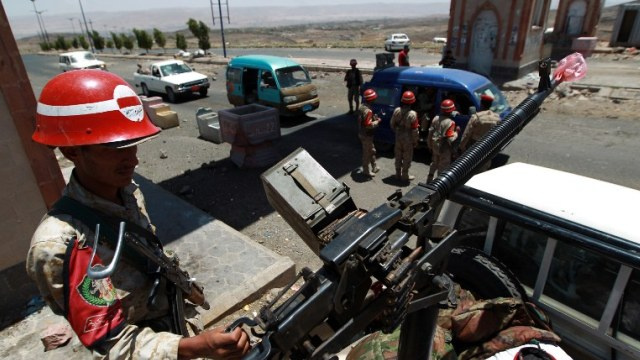 موقع إخباري: مقتل 4 جنود وجرح 7 في هجوم انتحاري جنوب اليمن
