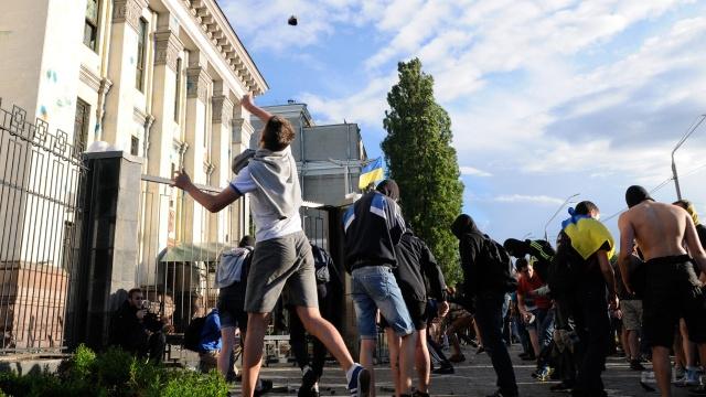 الاتحاد الأوروبي يدين الهجوم على السفارة الروسية في كييف