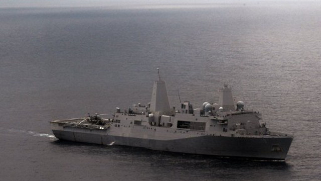 سفينة حربية أمريكية تحمل على متنها 550 من مشاة البحرية تدخل مياه الخليج