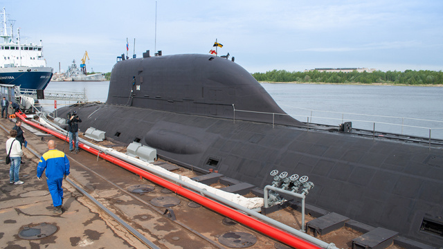 أول غواصة ذرية روسية متعددة المهام تدخل في حوزة البحرية الروسية (فيديو)