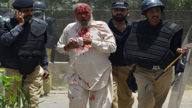 مقتل واصابة العشرات في مواجهات بين الشرطة وأنصار زعيم ديني في لاهور الباكستانية (فيديو)