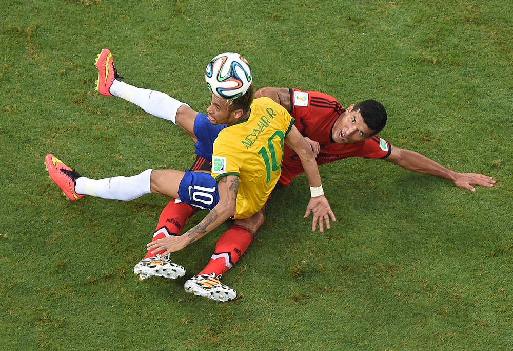 اللعب الجماعي يغيب عن البرازيل والمكسيك تقدم أداء جماعيا ومنظما