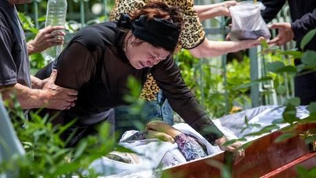 جنازة إحدى ضحايا الحملة العسكرية في منطقة دونيتسك