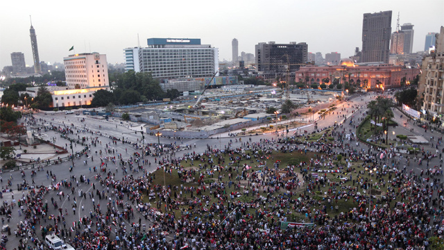 في تكرار للواقعة المؤسفة..التحرش بفتاة وتعريتها من ملابسها بالكامل في ميدان التحرير (فيديو)