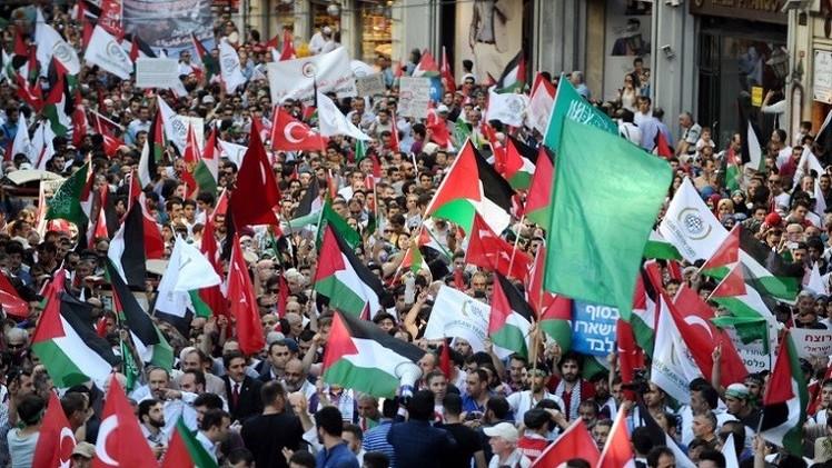 الغاز وخراطيم المياه تفرق محتجين أمام قنصلية اسرائيل في اسطنبول  (فيديو)