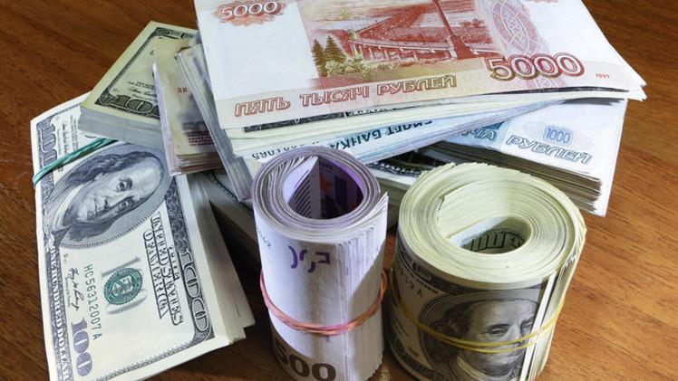 الروبل يتراجع أمام الدولار واليورو متأثرا بالعقوبات الأمريكية