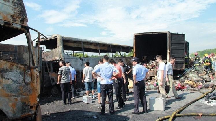 مقتل 38 شخصا في حادث تصادم بين شاحنة وحافلة وسط الصين (فيديو)