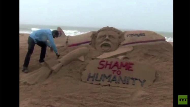 بالفيديو.. فنان هندي يستذكر كارثة الطائرة الماليزية بتمثال رملي