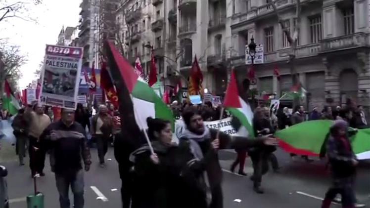 بالفيديو... مسيرة احتجاجية أمام سفارة إسرائيل في العاصمة الأرجنتينية