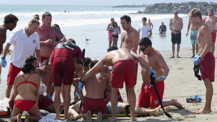 صاعقة تقتل شابا وتصيب 12 على شاطئ في لوس أنجلس