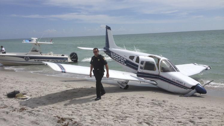 طائرة خفيفة تقع على رؤوس متنزهين في ولاية فلوريدا