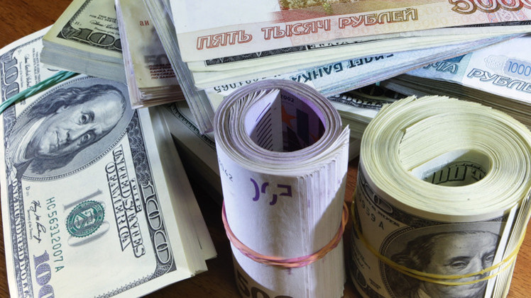 الروبل يتراجع أمام الدولار واليورو في بداية الأسبوع